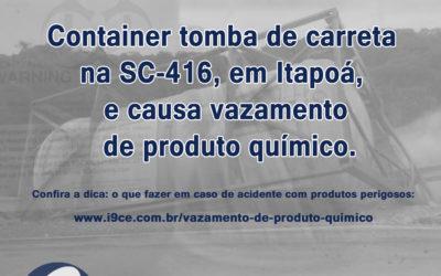 Notícia: Container tomba de carreta na SC-416, em Itapoá, e causa vazamento de produto químico